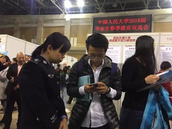 3月22号,西安市组织40多家重点单位组团进京,赶赴中国人民大学和清华大学等高校招贤纳士。