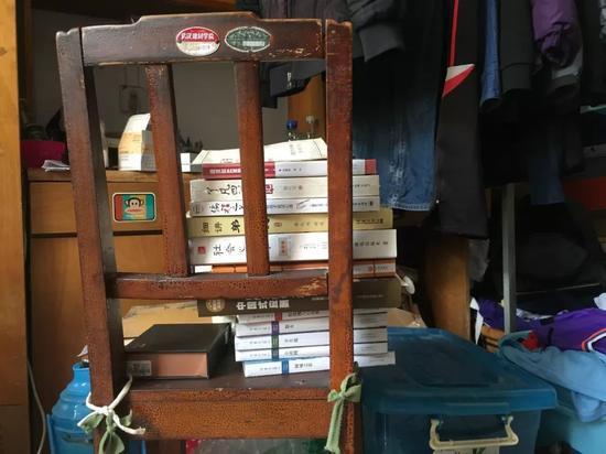 陶崇园宿舍凳子上摞着的书,新京报记者陶若谷 摄