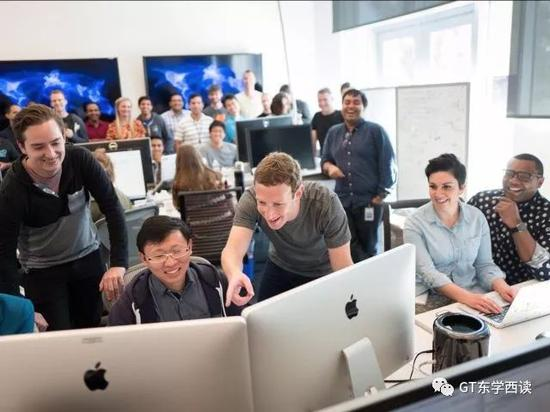 小札在脸书总部与同事们在一起,不少同事都是亚洲面孔