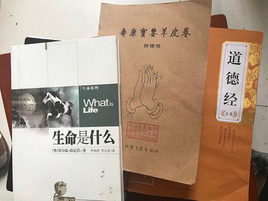 陶崇园最近阅读的书。 澎湃新闻记者 沈文迪 图