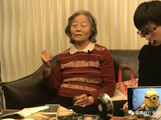 ▲4月7日,高岩母亲周树铭接受媒体采访。  实习生 周小琪 摄