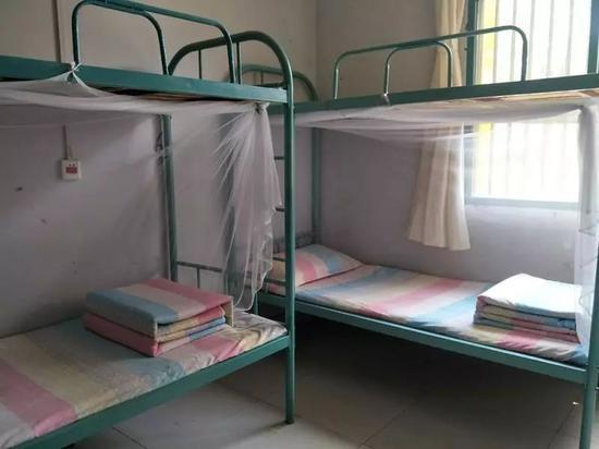 """新长征实行军事化管理,女生宿舍的被子必须叠成""""豆腐块""""。"""