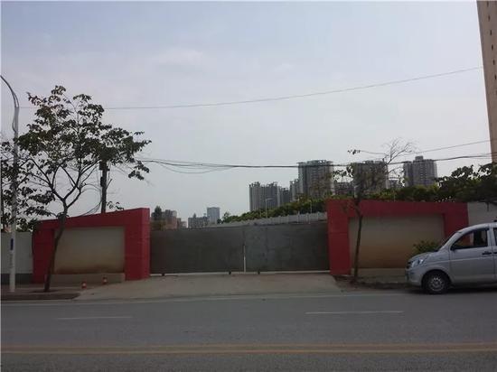 该地块入口大门紧闭。