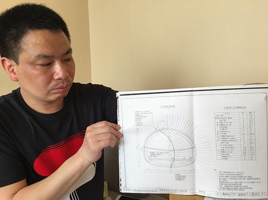 举报人林忠民展示考勒隧道设计图纸。以下图片均来自 澎湃新闻记者 王健