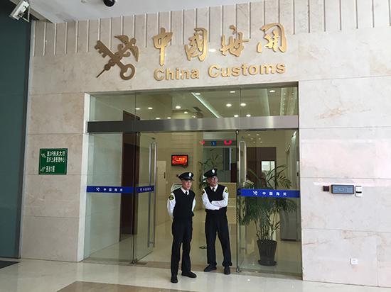 原上海出入境检验检疫局21家分支机构和直属单位统一以海关名义对外工作。澎湃新闻见习记者 李佳蔚 图