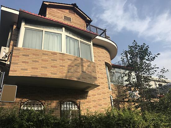 翟某欣在北京东五环的独栋别墅。</p><p>澎湃新闻记者 袁璐 图