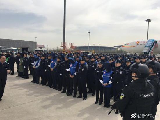 4月4日上午,78名台湾电信网络诈骗犯罪嫌疑人被我国公安机关从菲律宾押解回国。 微博@新华视点 图