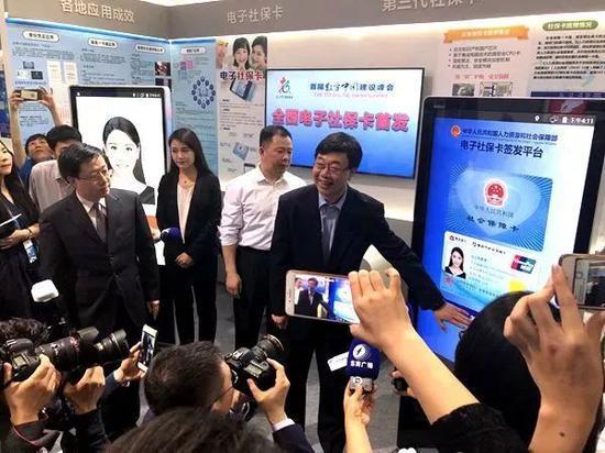 国家人力资源和社会保障部信息中心主任翟燕立在福州签发全国首张电子社保卡