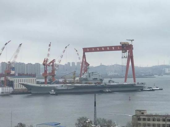 ▲网络上传回的最新图片,001A航母在拖船推动下准备驶离码头。