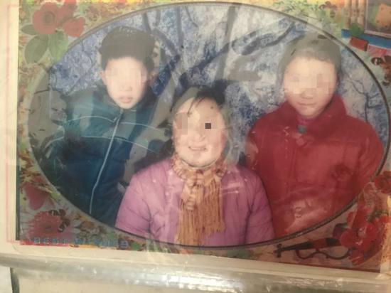 周正国的妻子和两个孩子。其中,女儿周萍15岁是在家喝农药自杀。新京报记者赵蕾摄