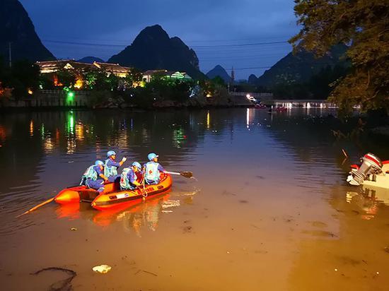 桂林龙舟翻船事故搜救现场。视觉中国 图
