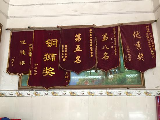 敦睦村祖庙里挂着该村龙舟赛所获得荣誉锦旗。