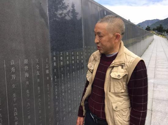 ?杨云青在妻子的墓前 图 | 杨宝璐