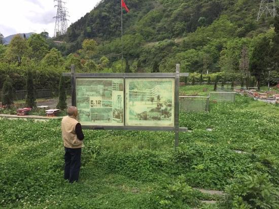 ?杨云青在映秀小学遗址前 图 | 杨宝璐