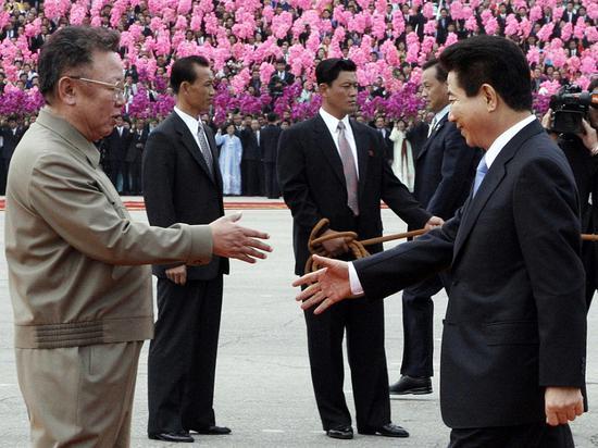 2018-08-16,欢迎仪式上,时任韩国总统卢武铉(右一)与时任朝鲜最高领导人金正日(左一)正要握手。