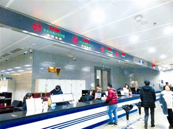 长沙市社保服务大厅一角 中国纪检监察报 图
