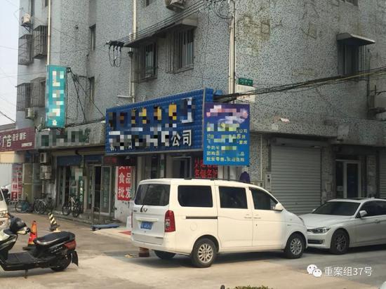 ▲乐乐美发厅如今成了一家烟酒食品店。新京报记者赵凯迪摄