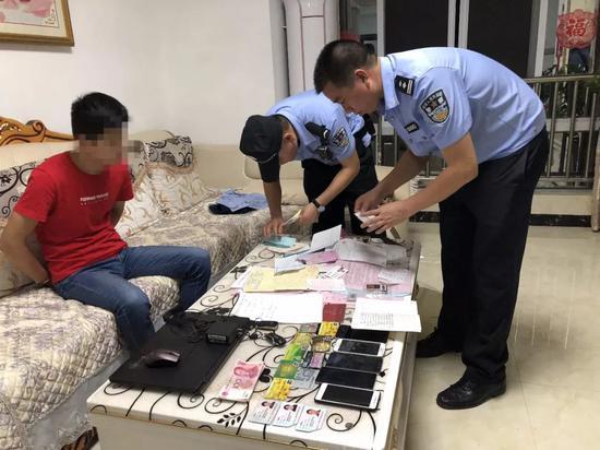 民警现场查处的涉传人员及资金。