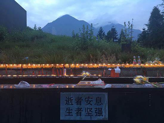 清明节前夕,陆陆续续前来渔子溪半山腰公墓祭拜的人们点起灯祈福。