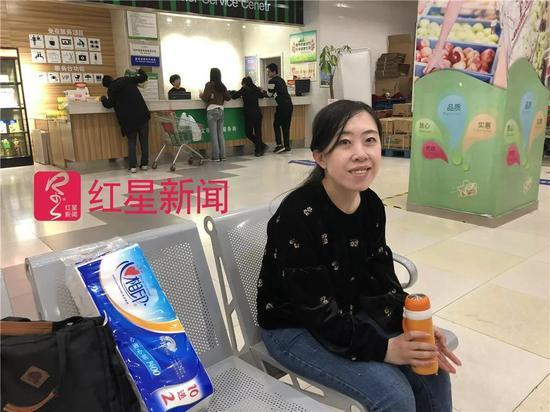 ▲下班后,杨丽娟坐在商场椅子上休息。图片来源红星新闻