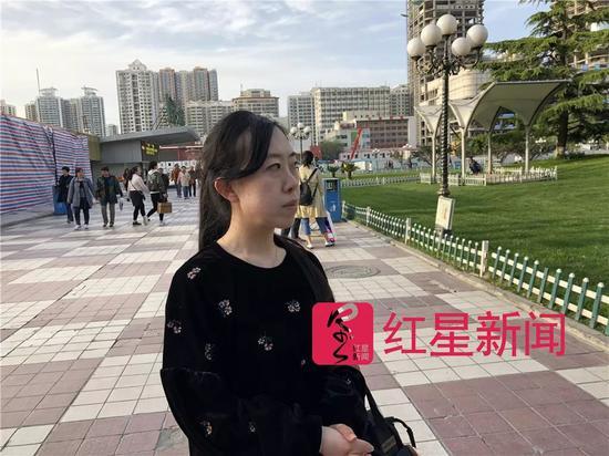 ▲沉思中的杨丽娟。图片来源红星新闻