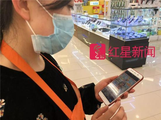 ▲杨丽娟准备拍照打卡下班。图片来源红星新闻