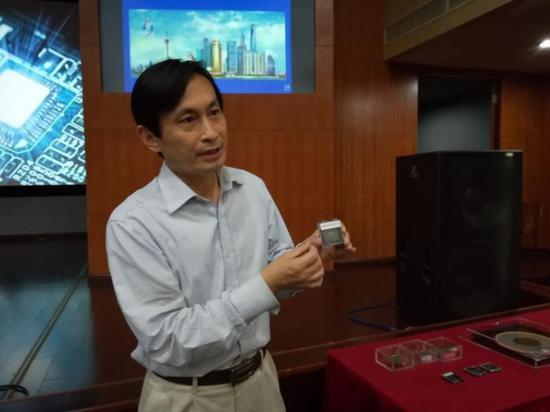 黄风义介绍高宽带收发系统芯片。吴佳妮 摄