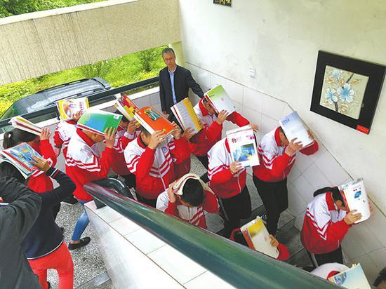 汶川县七一映秀中学,千余名学生演练紧急疏散。本文图片均来自华西都市报