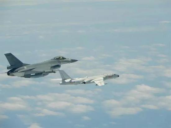 ▲图为台防务部门发布的F-16A战机与解放军轰-6K合照。