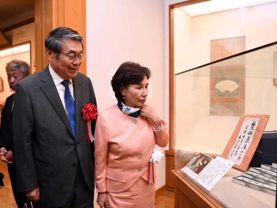 田中真纪子和田中直纪观看毛主席赠田中角荣的《楚辞集注》。(新华社记者马平摄)