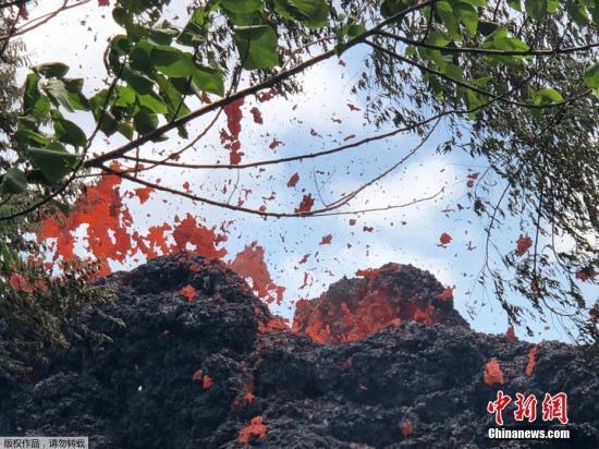 資料圖:當地時間5月12日,美國夏威夷基拉韋厄火山持續噴發,岩漿從地表裂縫中流出。