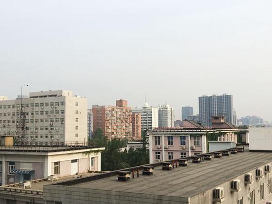 今晨,北京海淀天空阴沉。