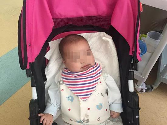 6个月大的男婴小宇(化名)如今以医院为家。