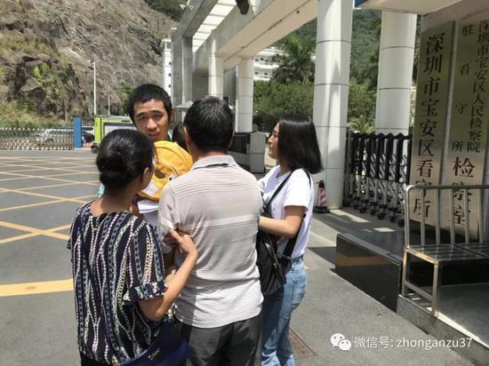 """▲5月16日,深圳""""鹦鹉案""""当事人王鹏出狱。"""