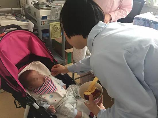 小宇(化名)每天由一名护工24小时陪伴照顾,医护人员和病人家属也会给孩子送来日用品等。