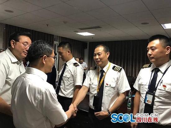 机长刘传健(右二) 四川在线 图