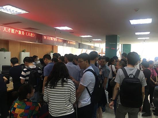 5月18日,天津市河东区行政服务中心落户准迁办理窗口人满为患,当天前来申请办理人数超过400名。 本文图片 澎湃新闻记者 李闻莺