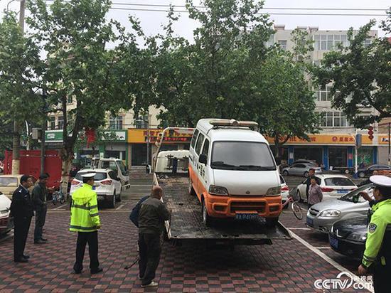 """行唐县交警队依法将""""问题车""""拖离"""