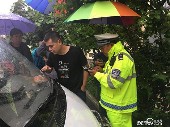 行唐县交警队城中中队民警对停放在交通局楼前和后院的制式执法车辆逐一进行检查 本文图均为 央视网 图