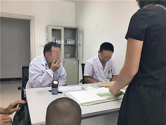 当事医生(左)边看病边抽烟。 温州都市报 图