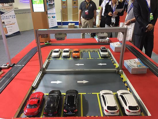 上海安博会展区,一家企业展示利用智能系统可实现无人值守的停车场。 本文图片均为澎湃新闻见习记者 李佳蔚 图