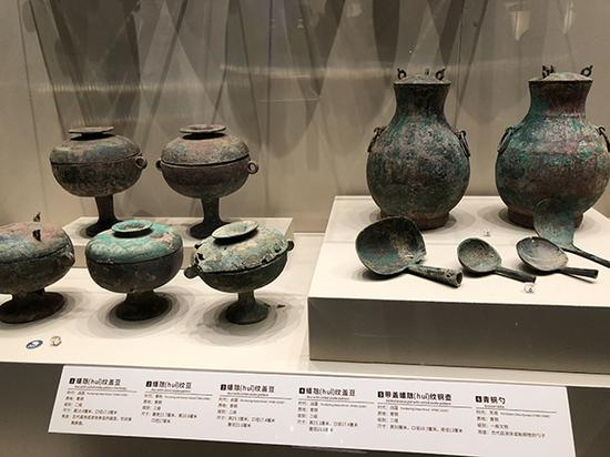参展青铜器。 澎湃新闻记者 王乐 图