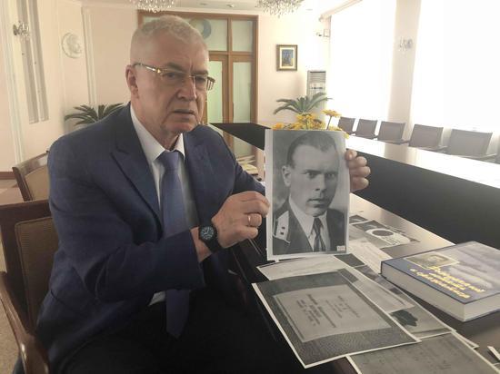 乌克兰驻华大使奥列格·焦明向记者展示乌克兰飞行员舒曼的照片