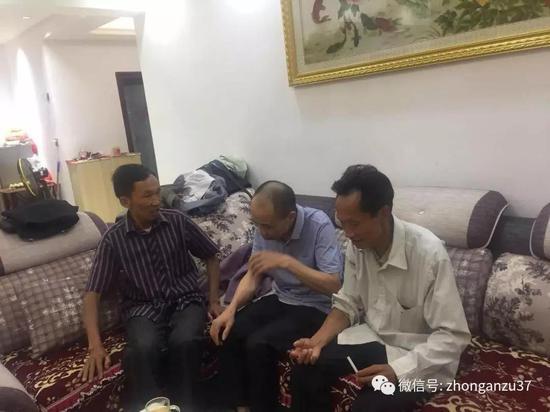 ▲李锦莲在妹妹家中与兄弟姐妹团聚叙旧。新京报记者王巍摄