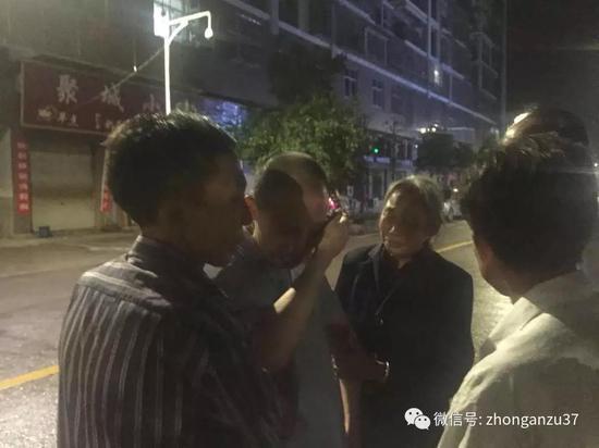 ▲19年来第一次与两个弟弟相见,李锦莲不断擦拭眼泪。新京报记者王巍摄