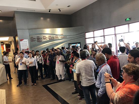 6月1日,45个国家和地区的66个政党领导人和代表前往位于小岗村的沈浩纪念馆参观。