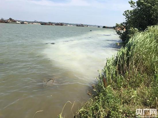▲5月25日上午10点松本药业排进湘江的污水现状。图片来源:央广网