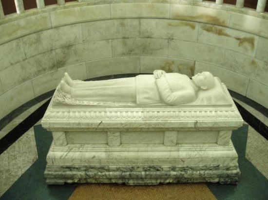 南京中山陵陵寝内的孙中山先生汉白玉卧像。 视觉中国 资料