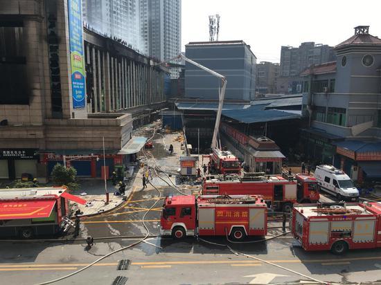 6月5日,消防官兵对火灾现场进行残火搜寻清理。