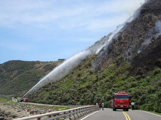 图为台军方和消防队从上、下两方合力灭火。(来源:联合新闻网)